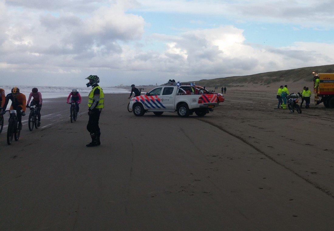 Man gewond na val op strand Katwijk