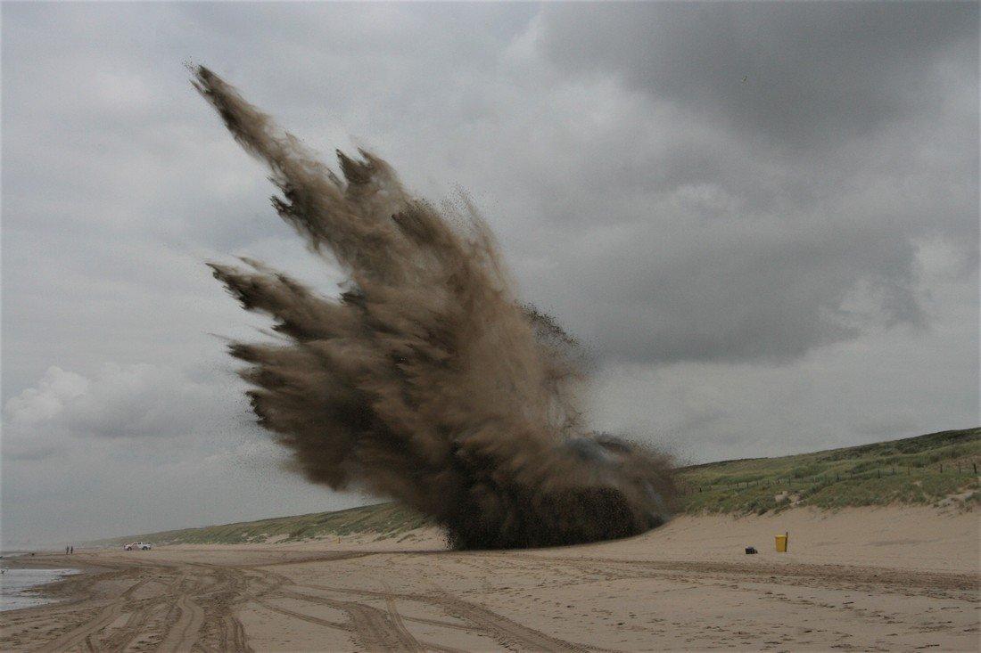 EOD brengt explosieve stoffen tot ontploffing