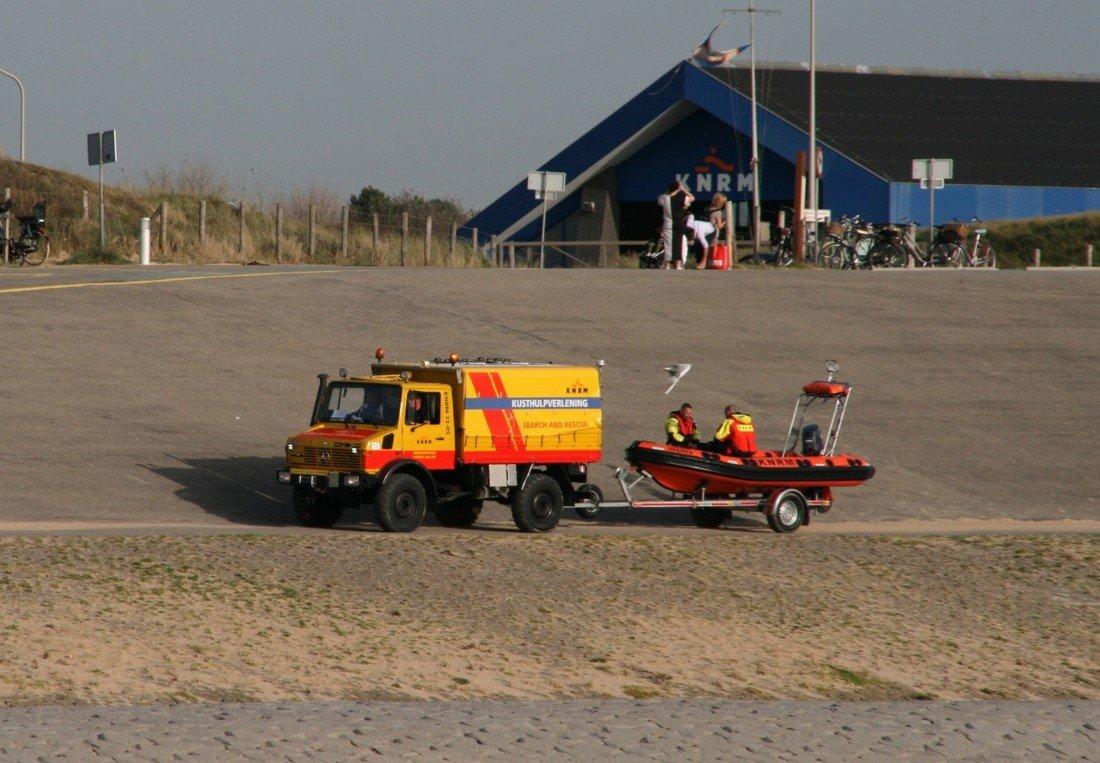 Persoon in problemen op supboard Noordzee Katwijk