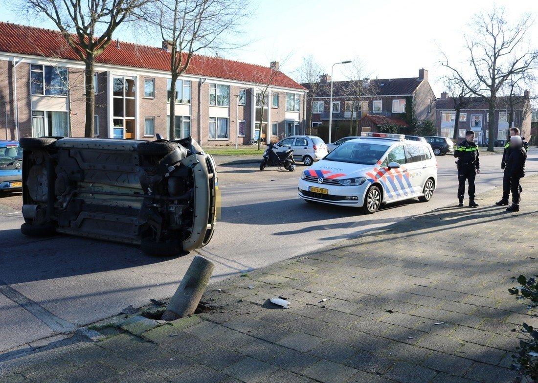 Auto botst tegen betonnenpaal Sassenheim
