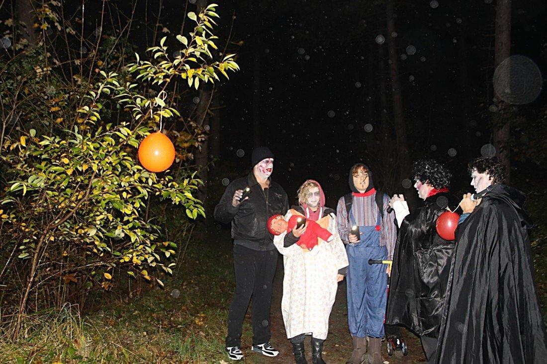 Reddingsbrigade en brandweer vieren Halloween