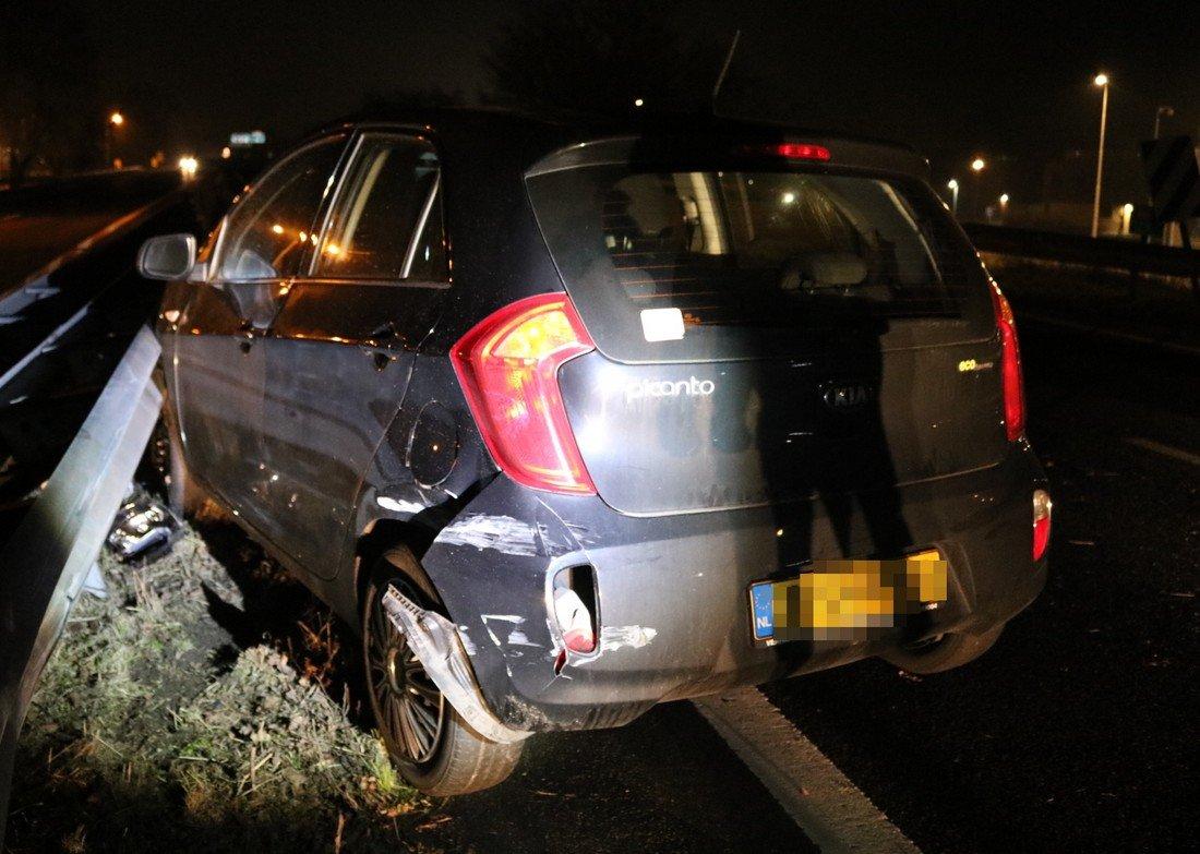 Auto ontwijkt Konijn en is daarna zelf het haasje op A44 Sassenheim