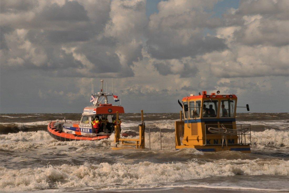 KNRM Noordwijk bij grote reddingsactie van 11 Denen voor de kust van Zandvoort
