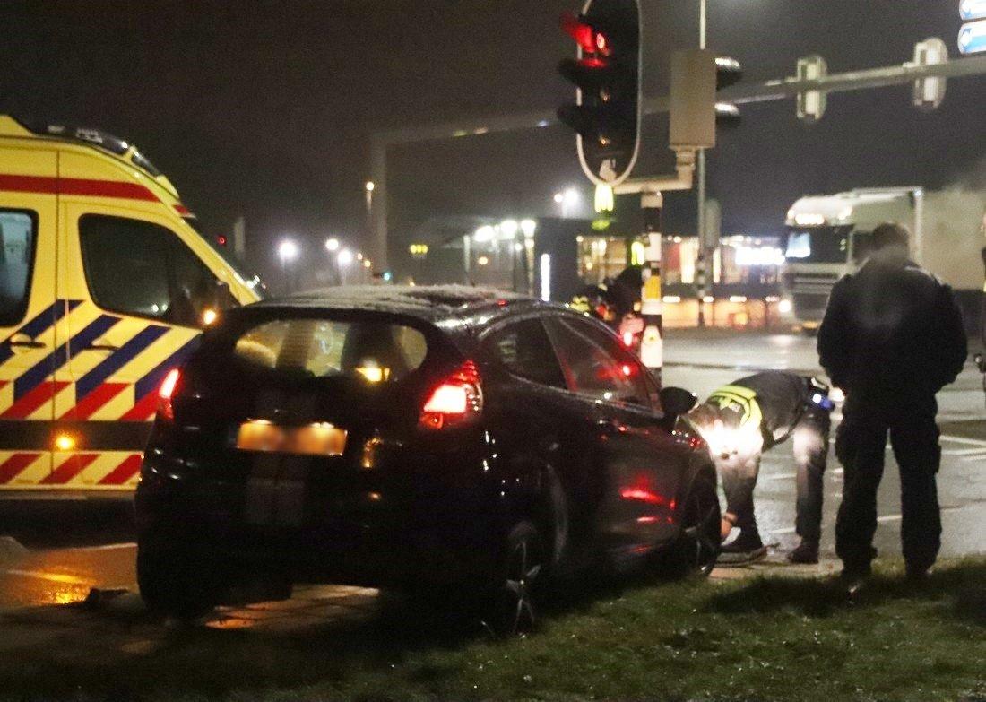 Automobilist maakt vreemde stuurbeweging en ramt verkeerslichten Hillegom