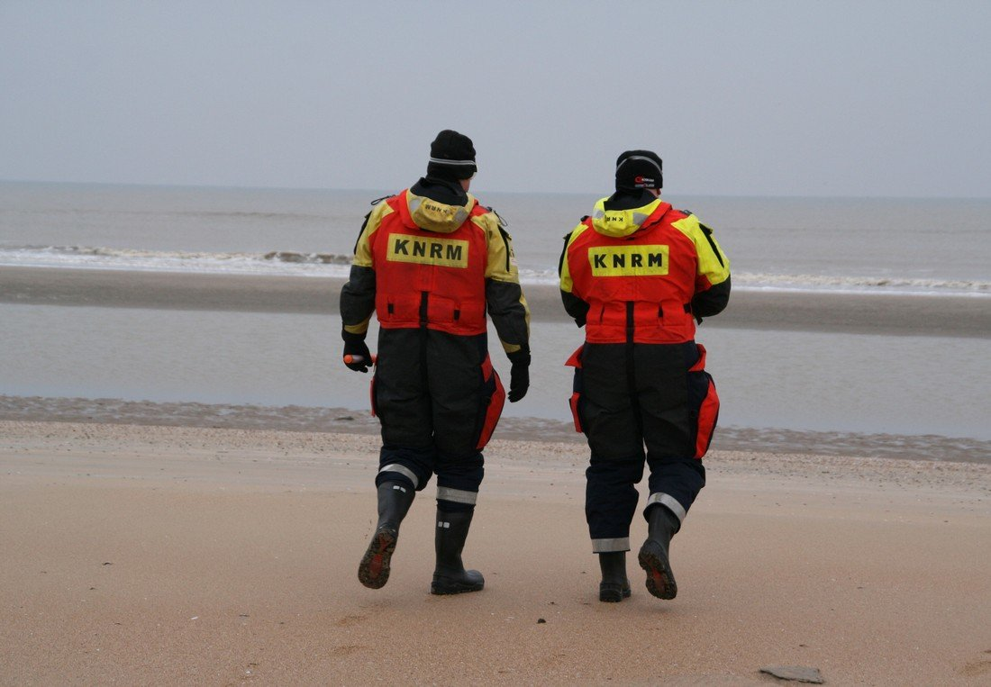 KNRM Zandvoort oefent het afsteken van flares