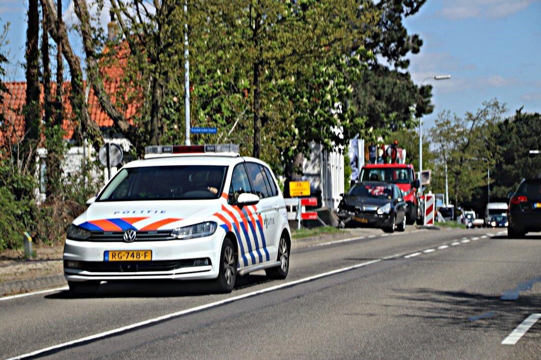 Auto rijdt tegen betonblok Haarlemmerstraat Hillegom