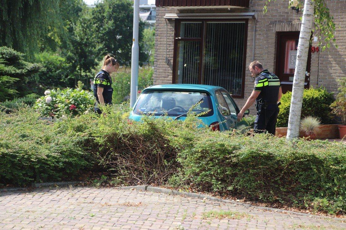 Vrouw rijdt auto haar voortuin in, Hillinenweg Hillegom
