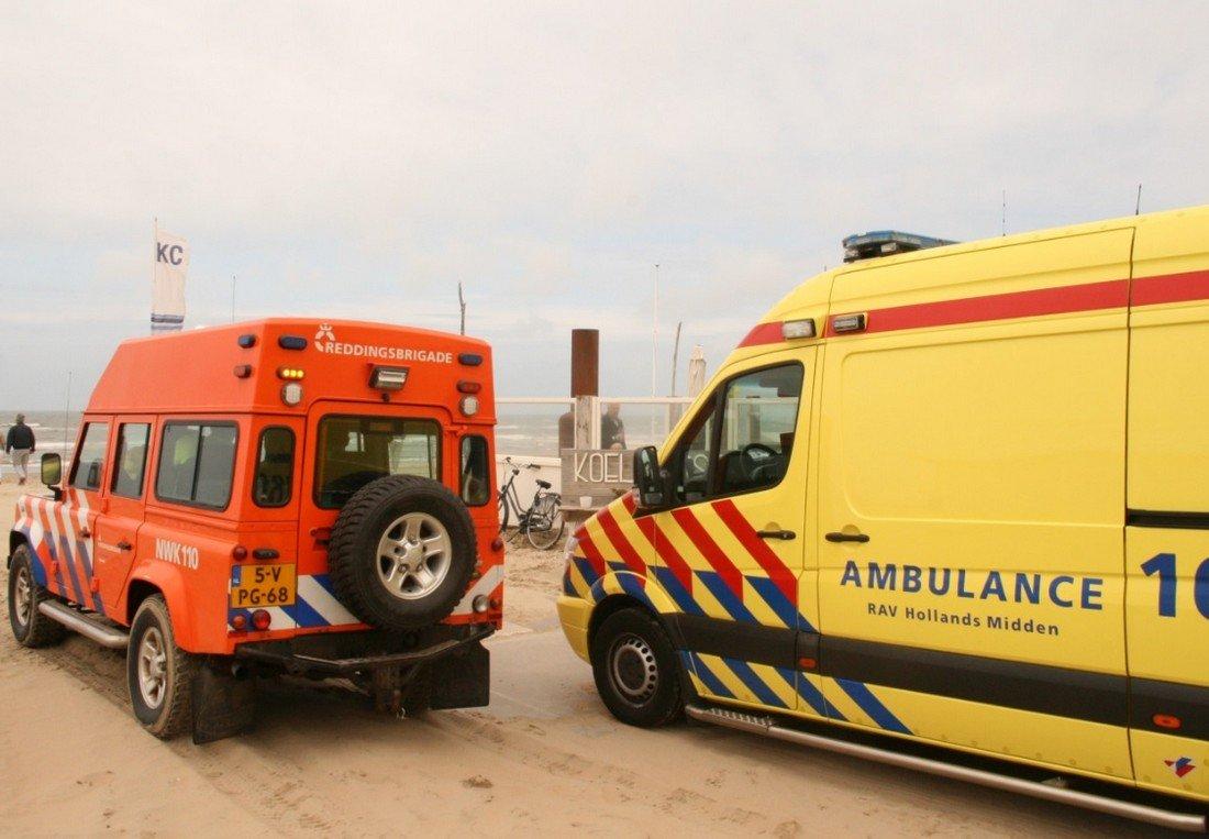 Tijdens het vliegeren raakt een man gewond op het strand van Noordwijk