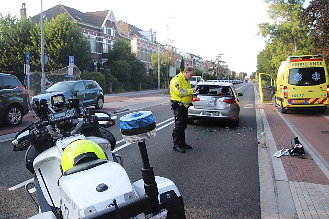 Scooter duikt in kofferbak auto Weeresteinstraat Hillegom