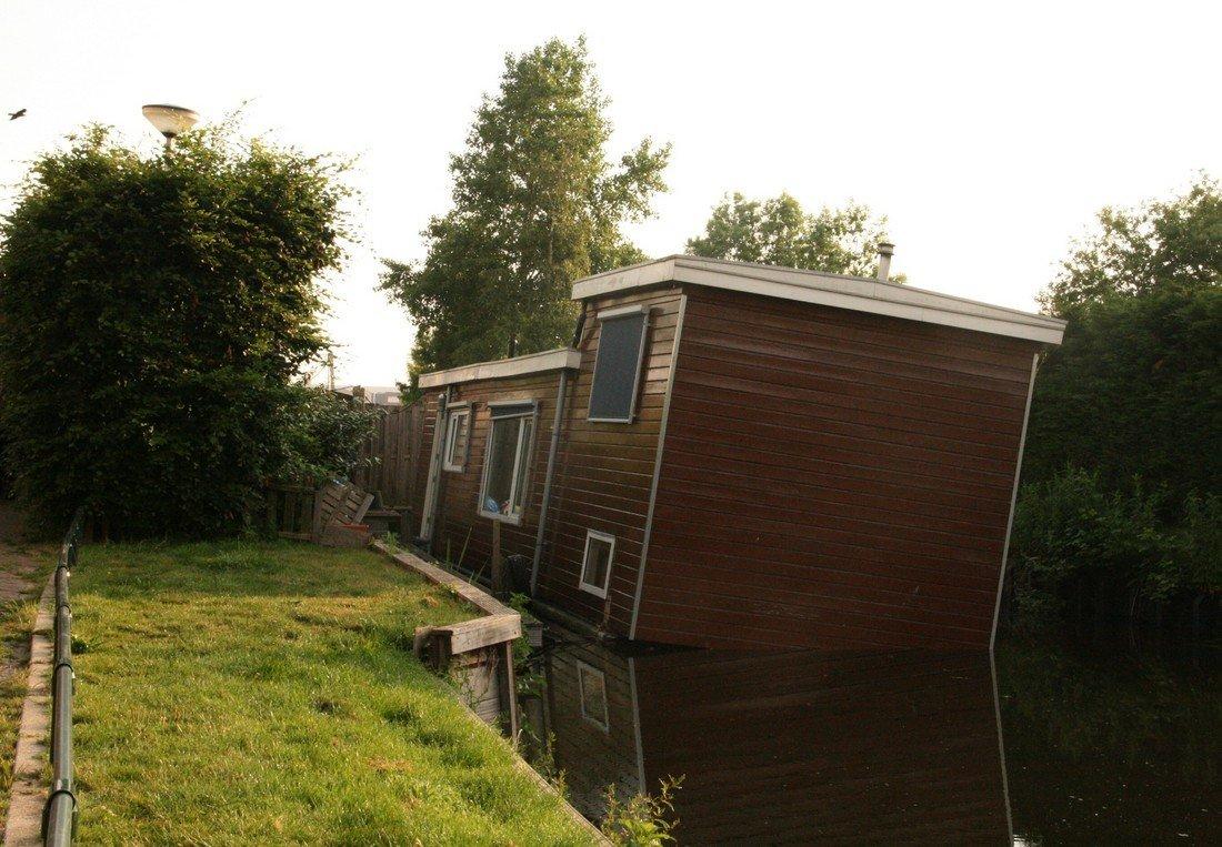 Zinkende woonboot Moleneind Rijnsburg