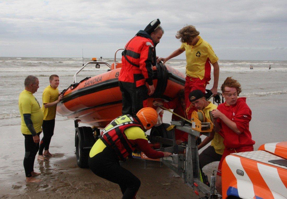 Kitesurfers in problemen voor de kust van Noordwijk en Katwijk