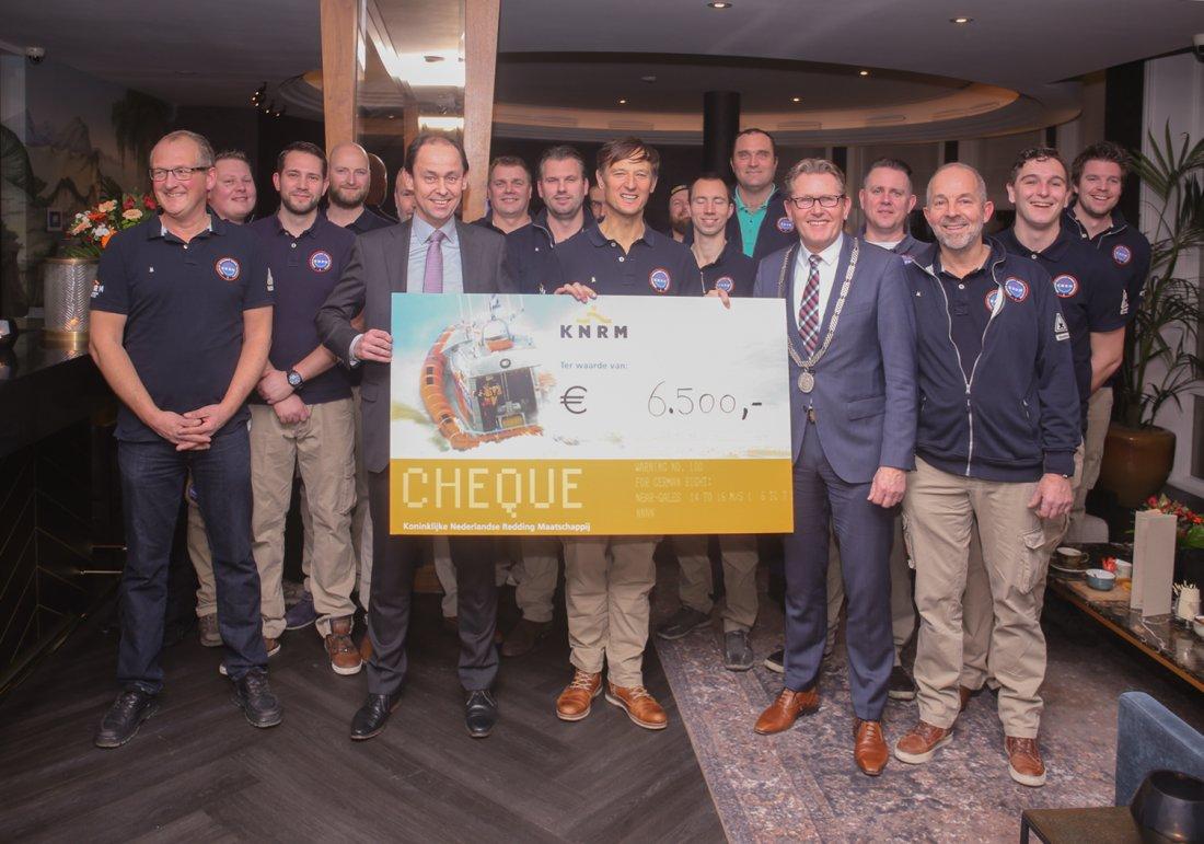 KNRM krijgt cheque van Radisson Blu hotel