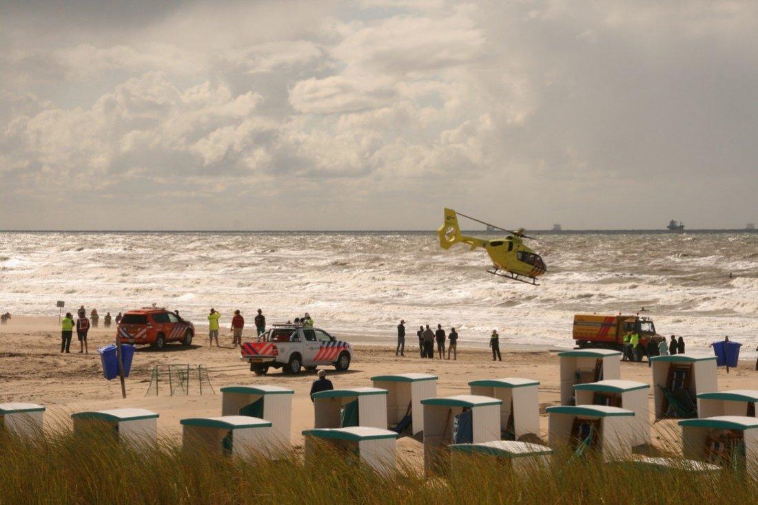 Kitesurfer raakt gewond bij val strand Katwijk