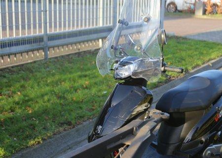 Ongeval scooter tegen vrachtwagenaanhanger Wattstraat Sassenheim