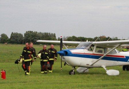 Sportvliegtuigje maakt noodlanding Elsgeesterweg Voorhout
