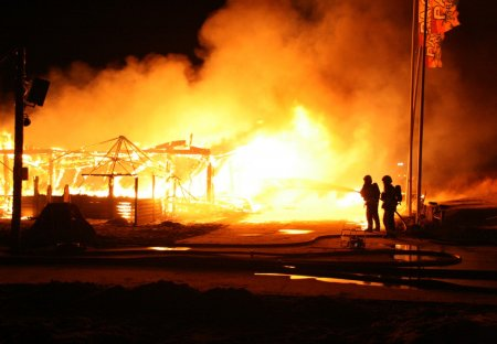 Strandpaviljoen Paal 14 brand geheel uit Katwijk