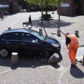 Man rijdt tegen betonenpaal met auto Noordwijk