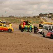 Inzet hulpdiensten voor medische noodsituatie op strand Katwijk