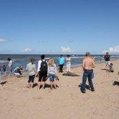 Veel belangstelling voor de zeehond op het strand van Noordwijk
