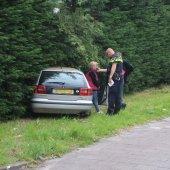 Auto rijdt coniferenhaag binnen Sassenheim