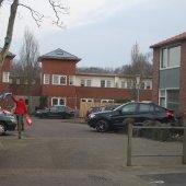 Auto rijdt tegen woning Meidoornstraat Noordwijk